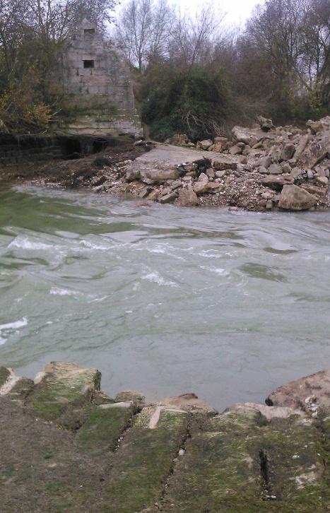 Foto de la presa parcialmente demolida, hay mas fotos en el texto completo de la denuncia, adunto