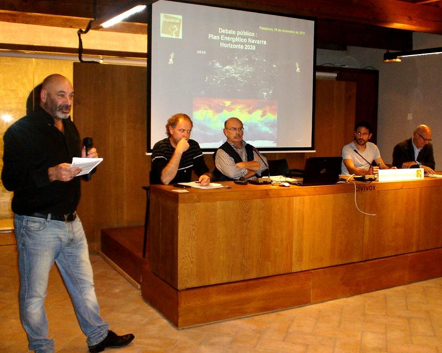 El inicio del debate con el moderador, Antonio Aretxabala, a la izquierda.